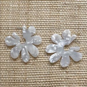 Jewelry - Fun retro looking white floral earring